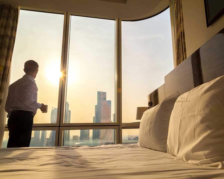 Mann steht in Hotelzimmer