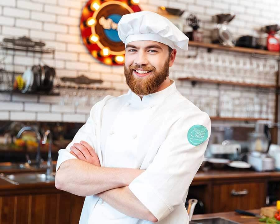 Mann in bestickter Gastronomiebekleidung