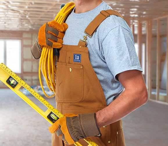 Handwerker mit bestickter Berufsbekleidung