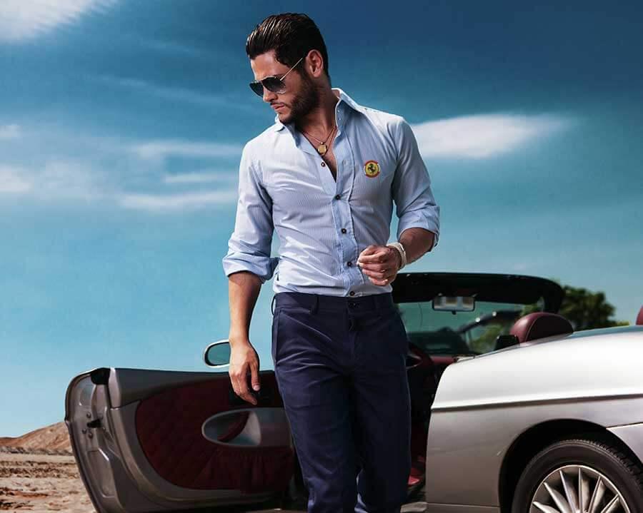 Mann mit besticktem Hemd vor Auto