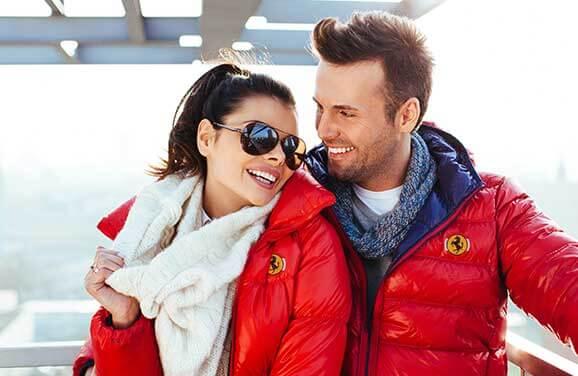 Frau und Mann in bestickten Jacken mit Logo