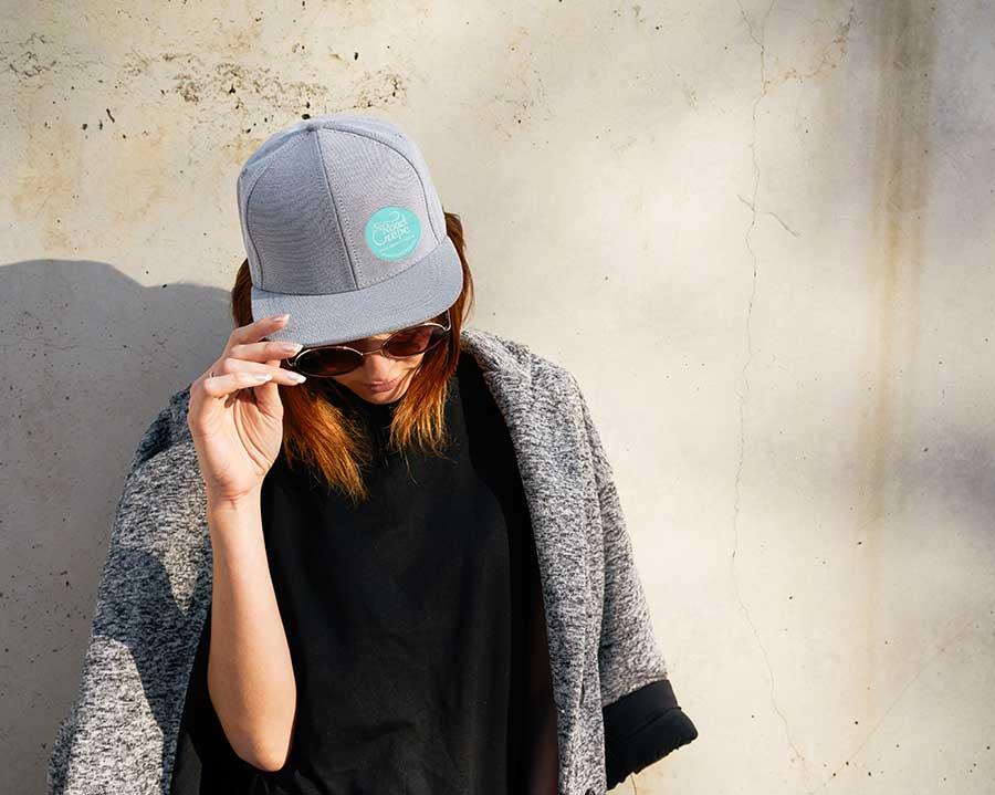 Frau trägt Kappe mit besticktem Logo