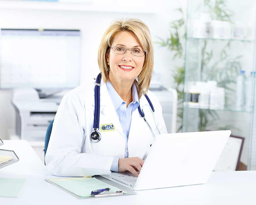 Frau in besticktem Arztkittel