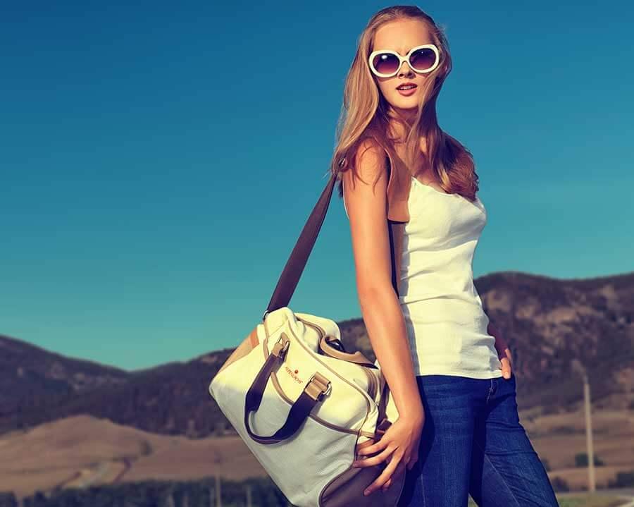 Frau mit bestickter Tasche